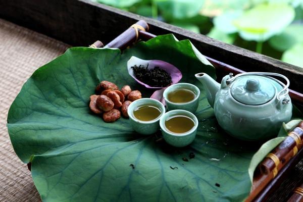 Thưởng thức tuyệt phẩm trà hoa sen hồ Tây